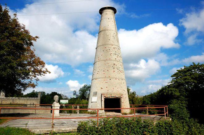 Уцелевшая башня цементной фабрики и памятник ее первому хозяину