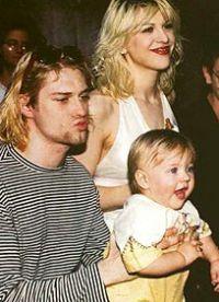 Курт Кобейн держит дочь на ногах