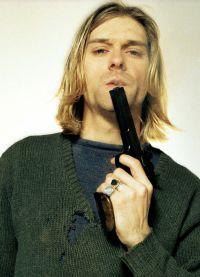 Курт Кобейн с пистолетом