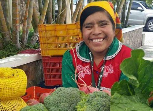 Женщины племени ленка продают овощи