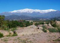 Ла-Риоха у подножия горы Сьерра-Де-Веласко