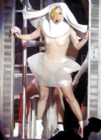 Лади Гага Костими 4