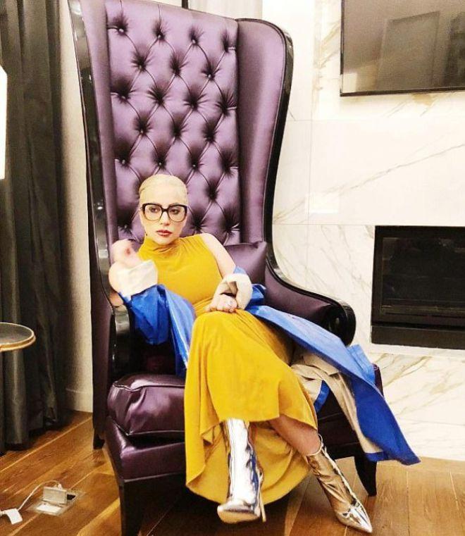 Леди Гага в своем кабинете