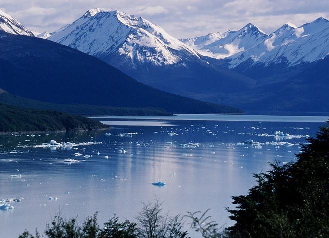 Небольшие айсберги на водной поверхности озера Архентино