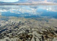 Озеро Натрон может выглядеть и как обычный водоем