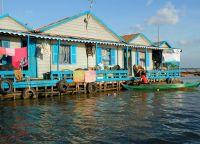 Один из домов плавучей деревни