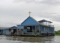 Церковь в плавучей  деревне
