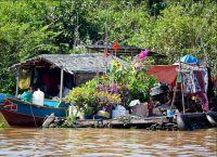 Плавучий магазин одежды на озере Тонлесап