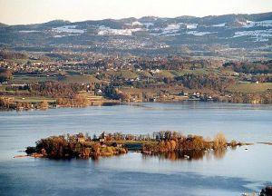 Островок посреди озера