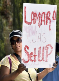 Женщина около больницы, где находится Ламар Одом