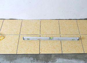 Постављање плочица на поду својим рукама7