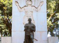 Памятник основателю Буэнос-Айреса Педро де Мендосе