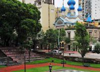 Храм Святой Троицы виден с территории парка
