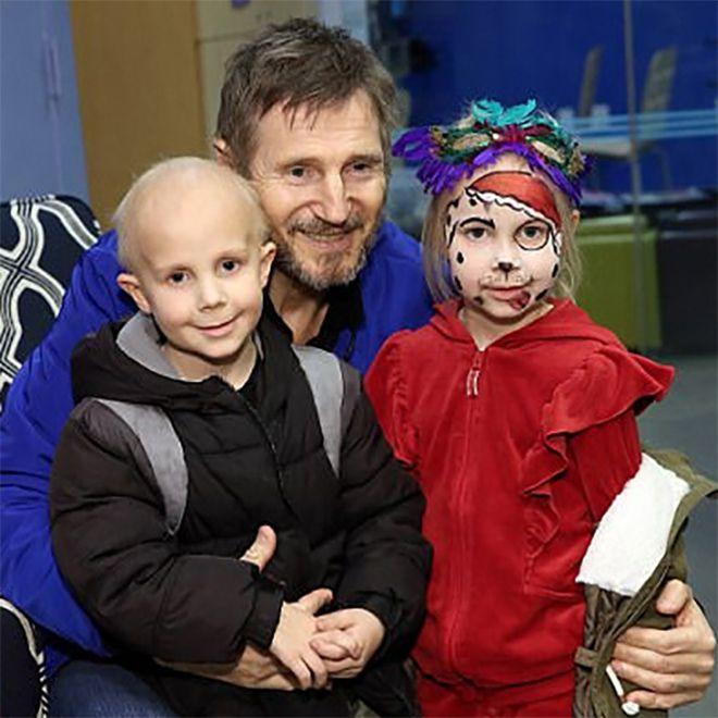 Лиам Ниссон устроил рождественский праздник больным детям