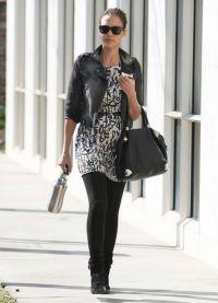 lekka sukienka z czarnymi rajstopami 1