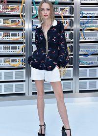 Chanel опутал звездных гостей цветными проводами