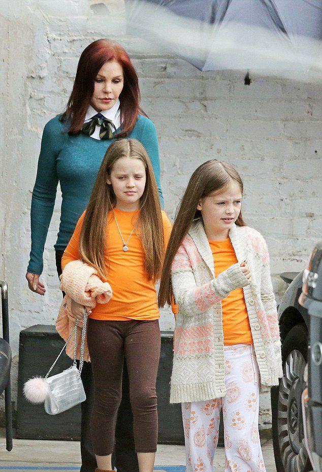 Присцилла Пресли на прогулке с внучками во вторник