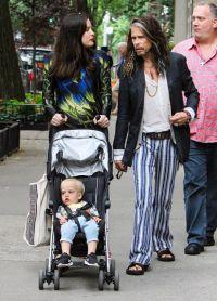 Беременная Лив с отцом знаменитым музыкантом