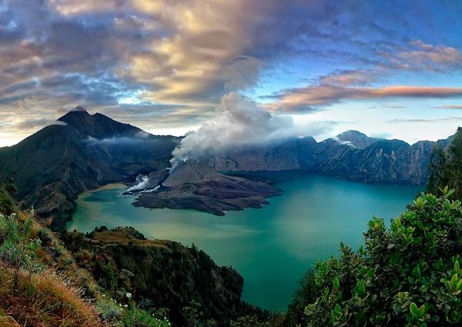 Озеро в кратере вулкана Ринджани