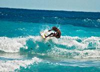 Занятия серфингом на пляже