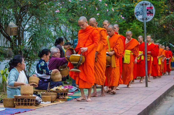 Ритуал кормления монахов в Луанг Прабанге