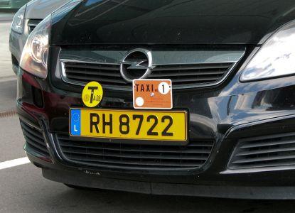 Такси отличается шашечками и специальными знаками, которые крепятся у номера