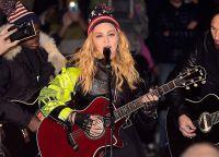 Мадонна, под аккомпанемент своей гитары и сына, исполнила несколько хитов