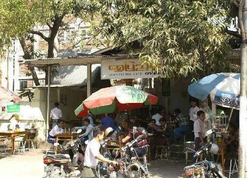 Кафе, в котором обедают местные жители
