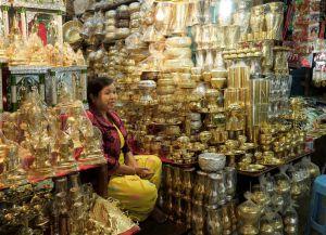 Продажа сувениров возле храма Махамуни