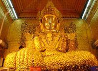 Статуя Будды в пагоде Махамуни вся покрыта листочками сусального золота
