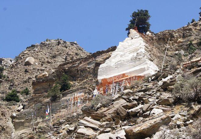 Буддистская ступа в горах у деревни Марфа