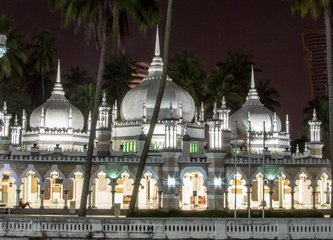 В темное время суток здание мечети освещается иллюминацией