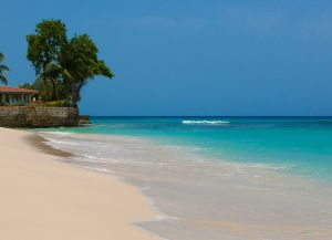 Чистый песок и прозрачная вода