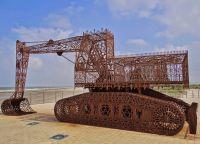 Инсталляция на берегу
