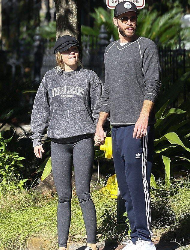 Майли и Лиам на прогулке