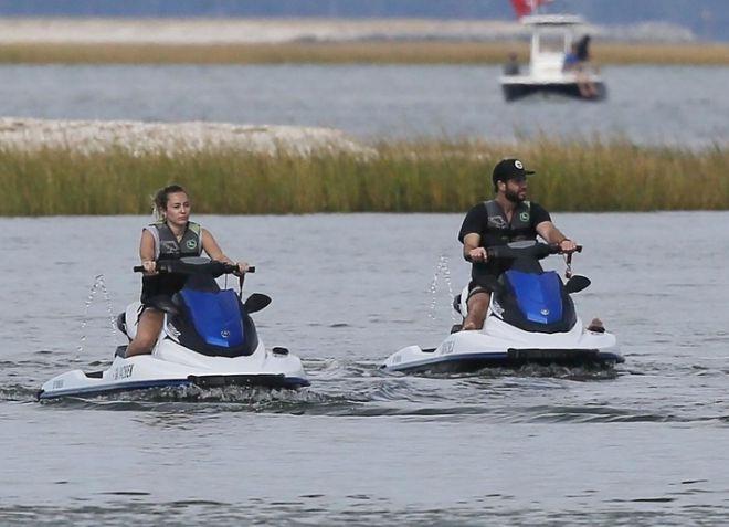 Майли Сайрус и Лиам Хемсворт прокатились на водных скутерах