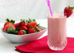 Коктейл от сладолед и мляко и ягоди