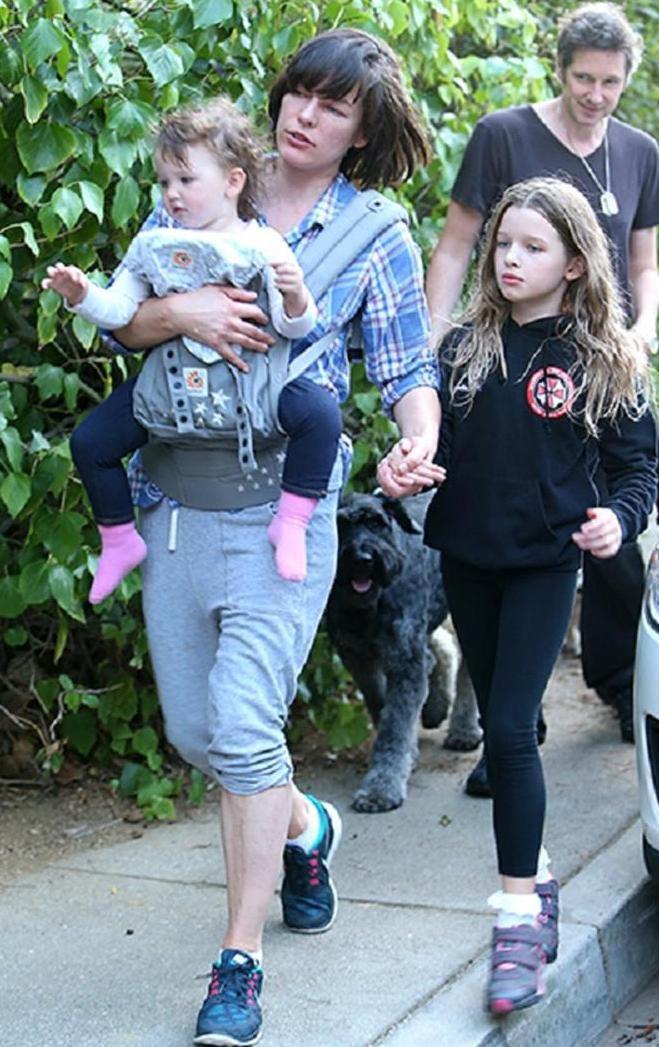Милла с мужем и дочками