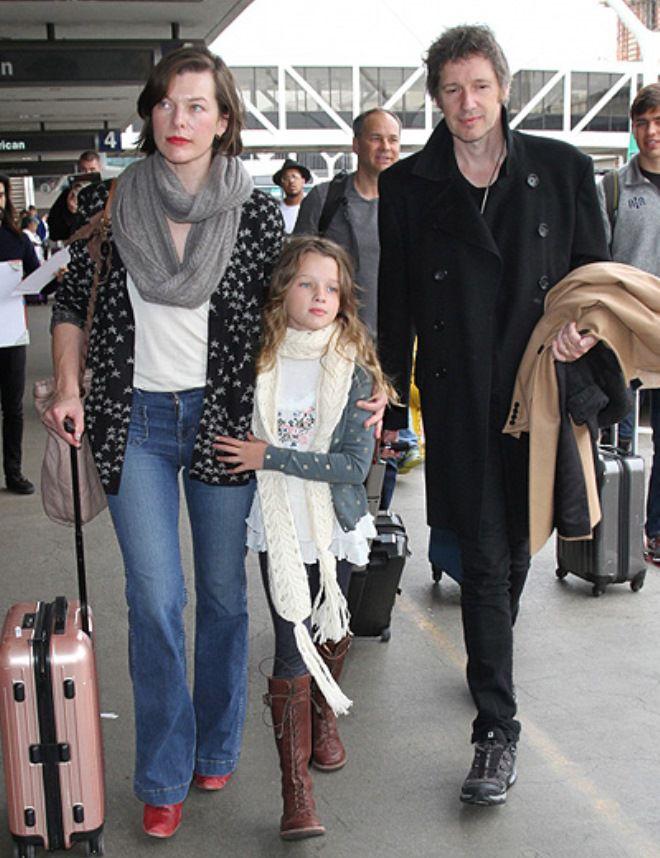 Милла Йовович с супругом Полом Андерсоном и дочерью Эвер