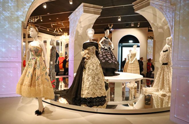 Экспонаты выставки The House of Dior Seventy Years of Haute Couture