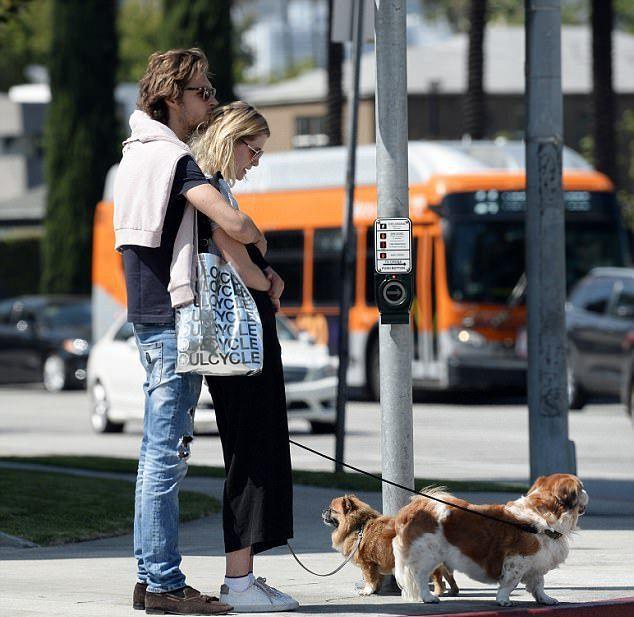 Миша и Джеймс выгуливают собак