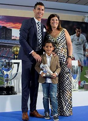 Криштиану Роналду с любимой мамой Долорес Авейру и единственным сыном Криштиану