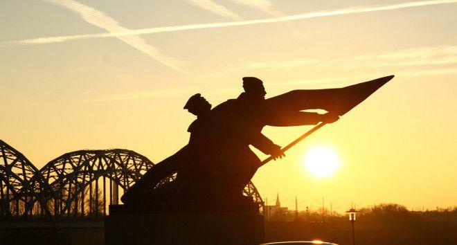 Памятник борцам революции в лучах заката