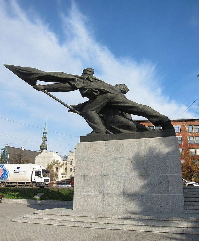 Памятник борцам революции на фоне городских строений