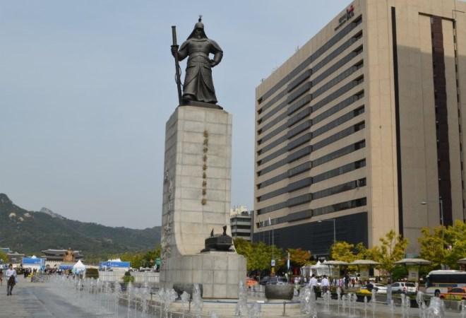 Статуя адмирала Си Сун Син в Сеуле