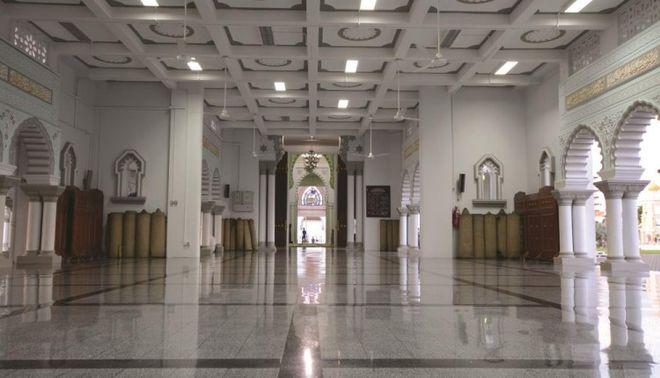 Зал в мечети Захир