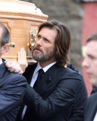 Джим несет гроб на похоронах Катрионы в Ирландии