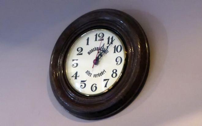 Часы с обратным циферблатом