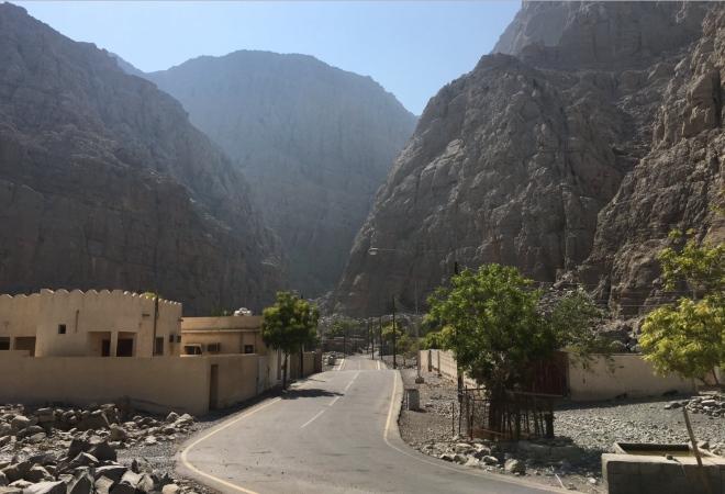 Дорога между скал