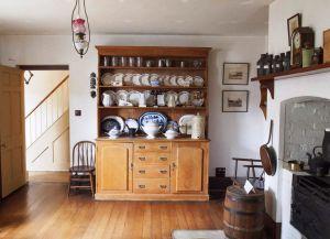 Коллекция посуды и картин